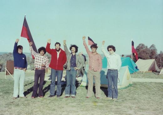 """أعلام """"الأبروجينل"""" على """"تلة الكابيتول"""" في العاصمة الأسترالية: الثاني من اليسار بيلي كرايغي , يليه اهود عين جيل وعدنان خليلي"""