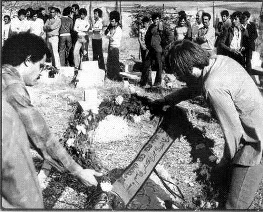 عضوان من متسبين يضعان الكليلا من الزهور على قبور الشهداء