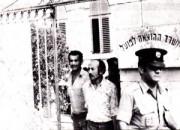 علي القيسي (في مركز الصورة) بعد اعتقاله