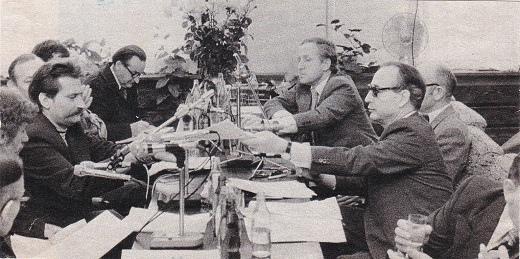 סולידאריות: שולחן המשא-ומתן: במרכז משמאל, לך ואלנסה; מימין, סגן ראש הממשלה יאגיילסקי