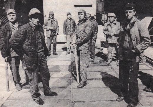 משמרת שביתה בשער מספנת לנין בגדאנסק, אוגוסט 1980