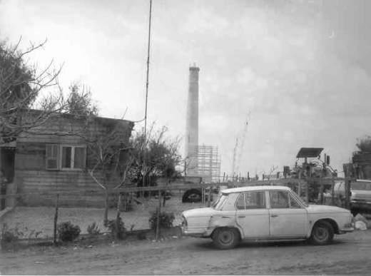 הכפר ערב אל-מפג'ר, מבט מערבה אל תחנת החשמל הנבנית בחדרה (צילום: אהוד עין-גיל)