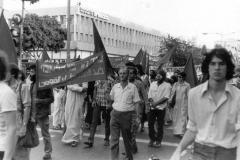 דב שס (במרכז, מחזיק את הכרזה) בגוש מצפן בהפגנת 1 במאי 1979