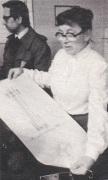 פעילת סולידאריות אנה ואלנטינוביץ' מציגה את תרשים האנדרטה לזכר קורבנות השביתה של דצמבר 1970